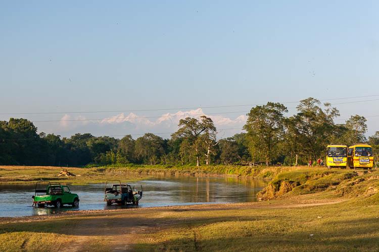 Chitwan Nationalpark, Jeeps, Fluss, Berge