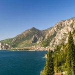 Links und rechts Berge, in mitten der Gardasee