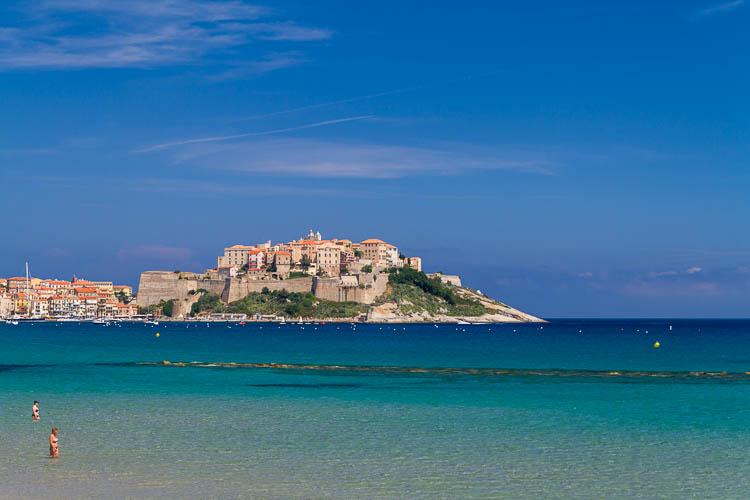 Am Strand liegen und auf Calvi schauen