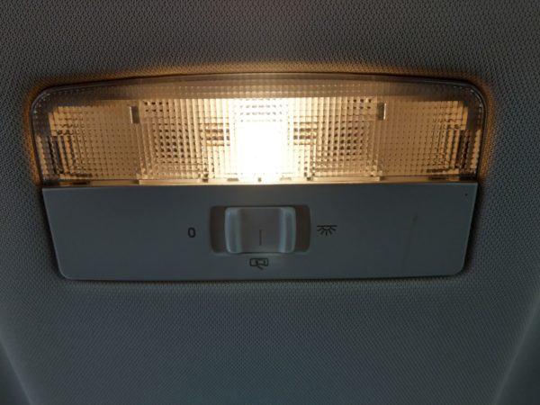 Lampe im Innenraum des Skoda Octavia Combi wechseln